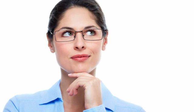 Девушка думает белый фон бизнес леди