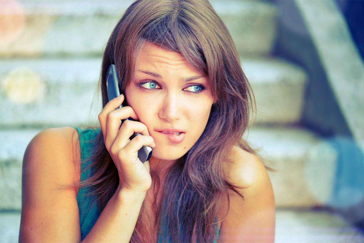 Девушка звонит по мобильному телефону