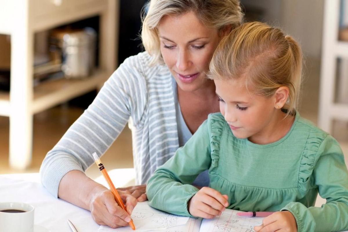 Домашнее обучение, мама и ребенок учаться вместе дома, польза домашнегого обучения