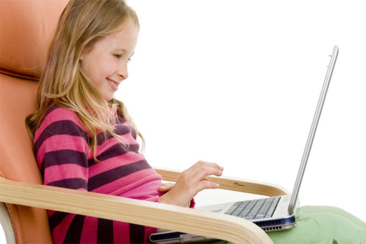 Девочка ребенок за компьютером учиться домашнее обучение