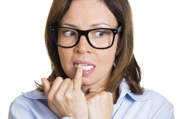 Психологический портрет девушки в черных очках грызет ногти