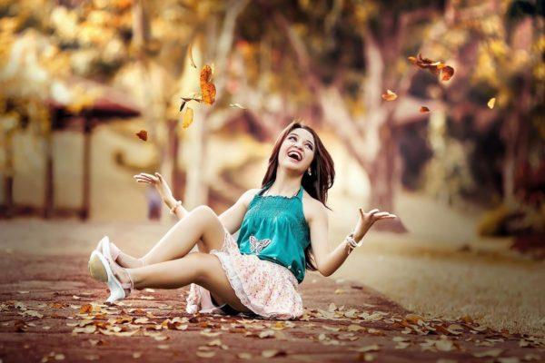 Счастливая девушка смеется осень позитив оптимизм