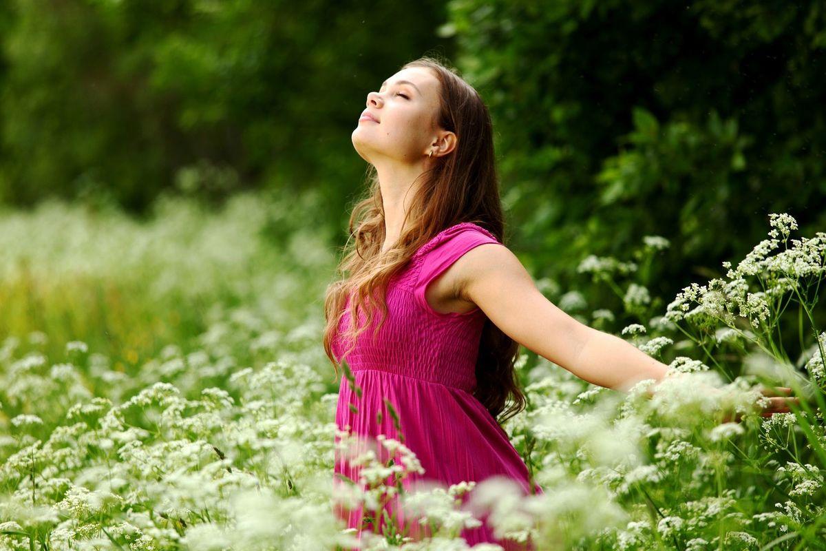 счастливая оптимистка девушка в красном розовом платье